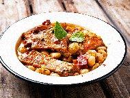 Печен боб със свински ребра и зеленчуци на фурна